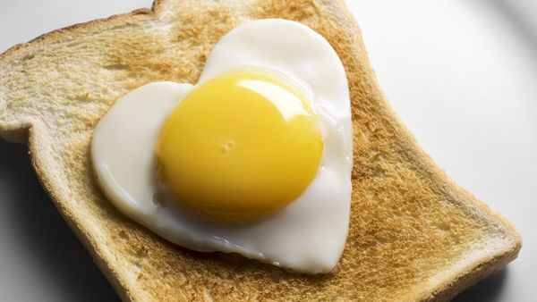 how much cholesterol in a boiled egg